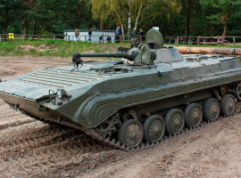 BMP1 Kettenpanzer fahren in Mahlwinkel, Raum Magdeburg