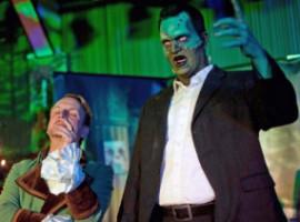 zwei Darsteller, rechter Mann mit Maske, erhobener Arm