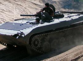 Kettenpanzer BMP1 & Panzer T-72 (FAP) fahren in Mahlwinkel, Raum Magdeburg