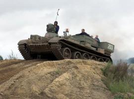 T55 Bergepanzer fahren in Steinhöfel, Raum Brandenburg